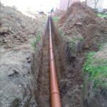 Укладка трубы для канализации в траншею