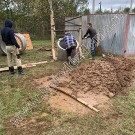 установка бетонных колец в шахту колодца ручным способом