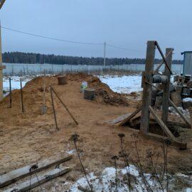 лебедка и колодезная шахта в процессе копки