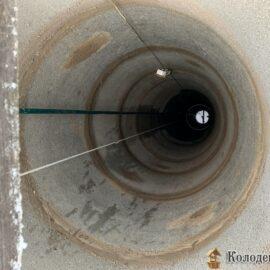 чистим колодец - выкачиваем воду для укрепления дна