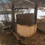 Монтаж колец внутри колодезной шахты с помощью лебедки