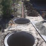 двухкамерный септик и траншея вдоль дома для канализации