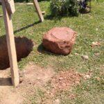 камень, который попался на пути при рытье шахты колодца